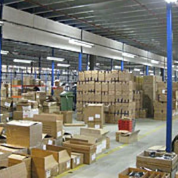 Работници в склад на ТNT