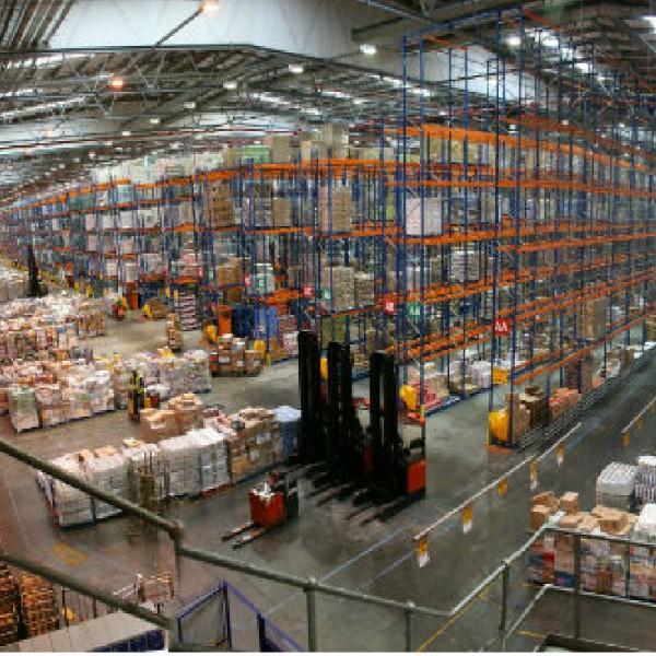 Работници в склад на SAINSBURY'S